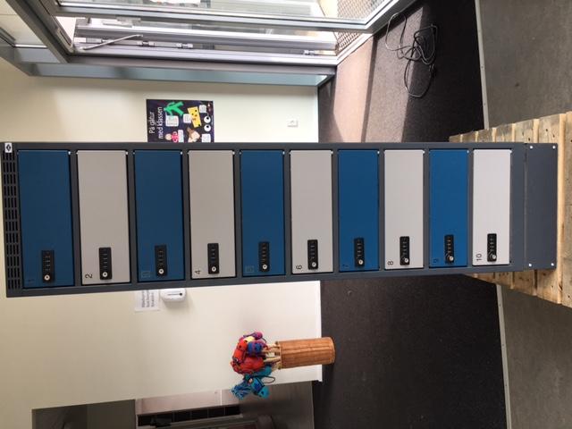Computerskab med 10 rum og strøm